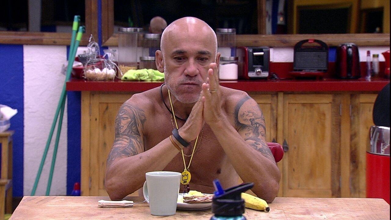Ayrton come pão e ovos na cozinha