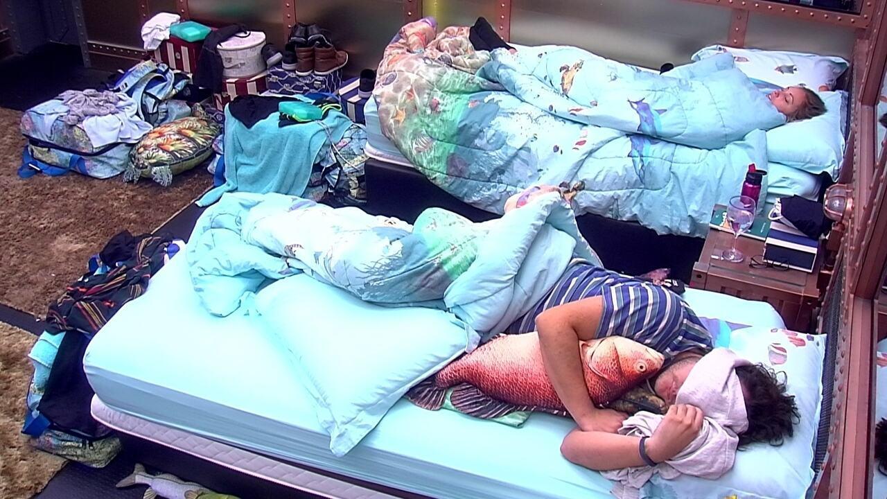 Diego dorme abraçado com almofada de peixe