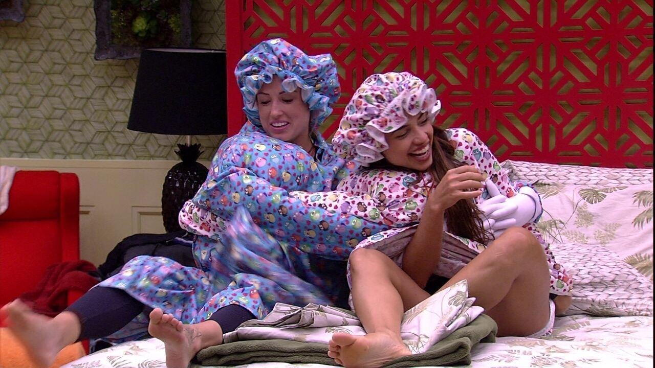 Jéssica e Paula se enrolam para deitar na cama