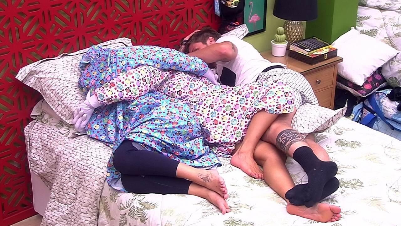 Paula, amarrada à Jéssica, troca beijos com Breno na acama
