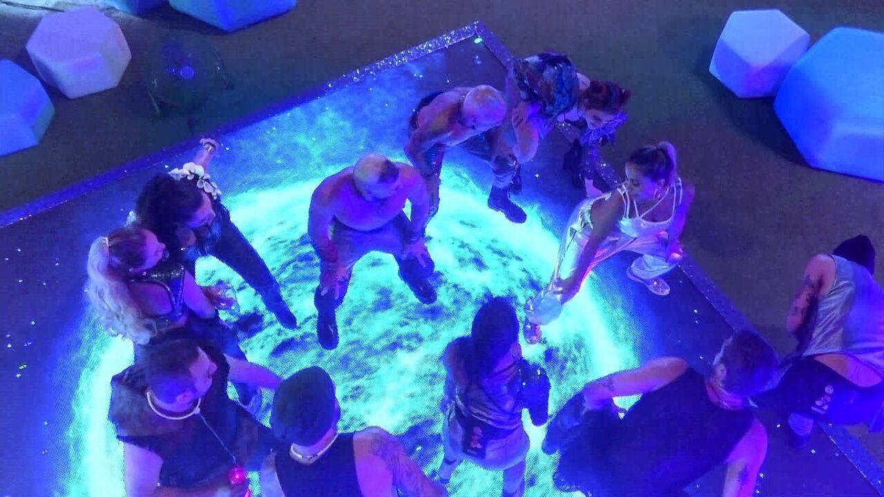 Anitta dança com os brothers, que se empolgam: 'Vai, Anitta!'