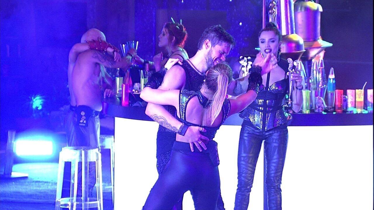 Breno dança com Jéssica e Paula observa