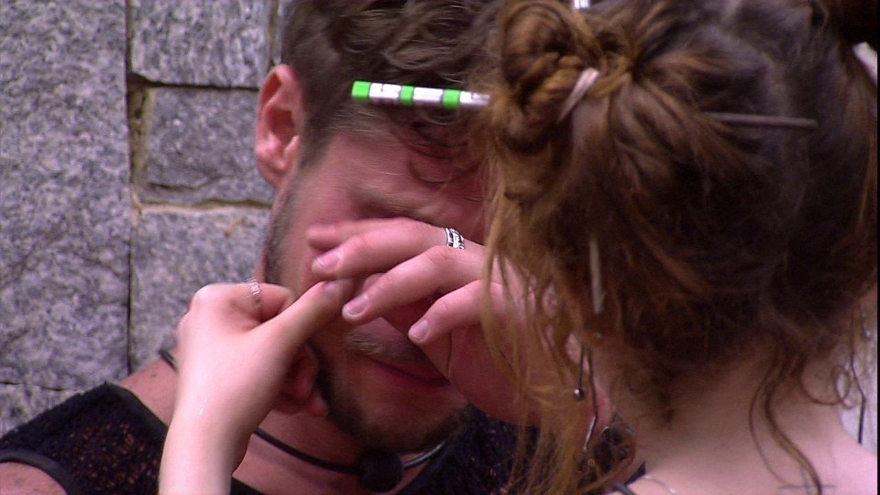 Ana Clara e Breno choram após sister lembrar briga entre eles
