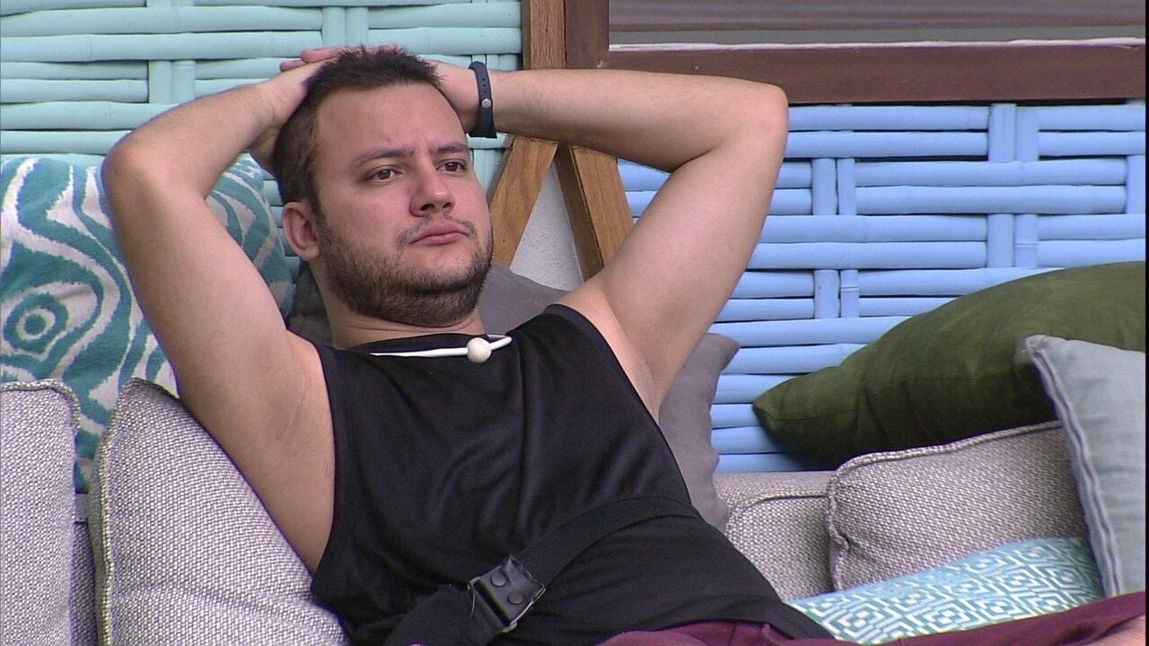Diego senta e fica em silêncio na área externa