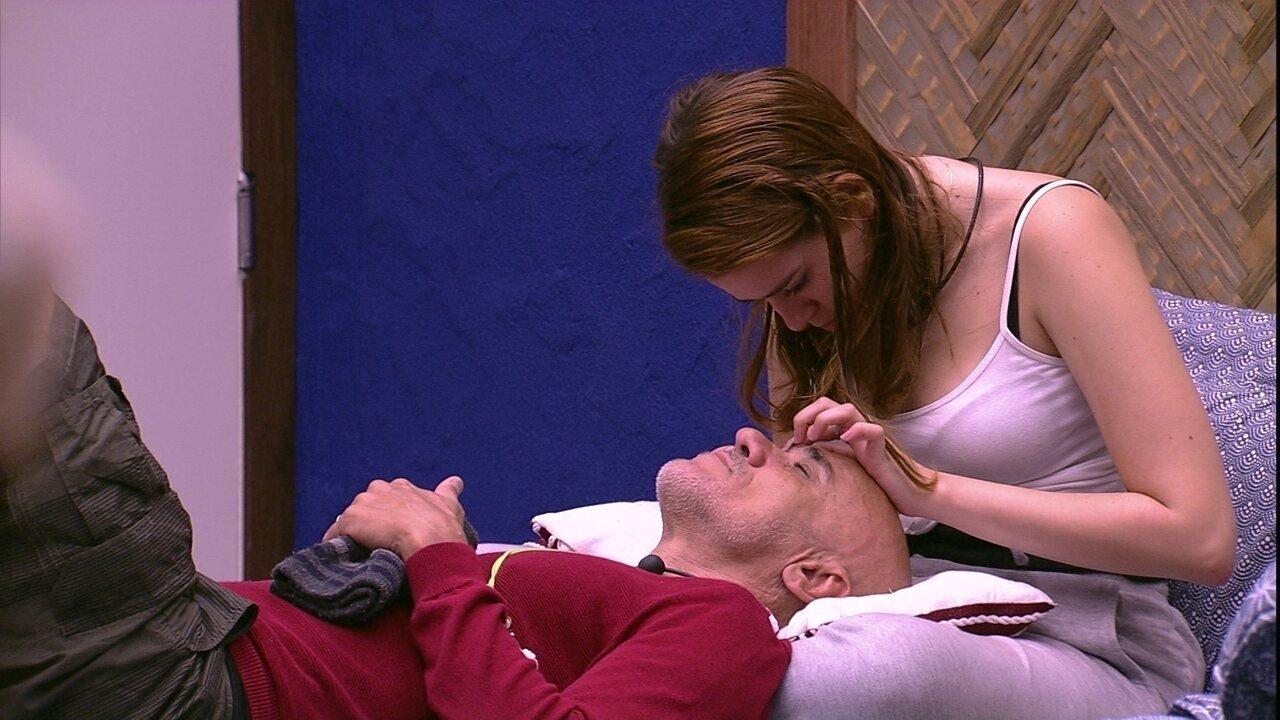 Ana Clara retira pelos da sobrancelha de Ayrton