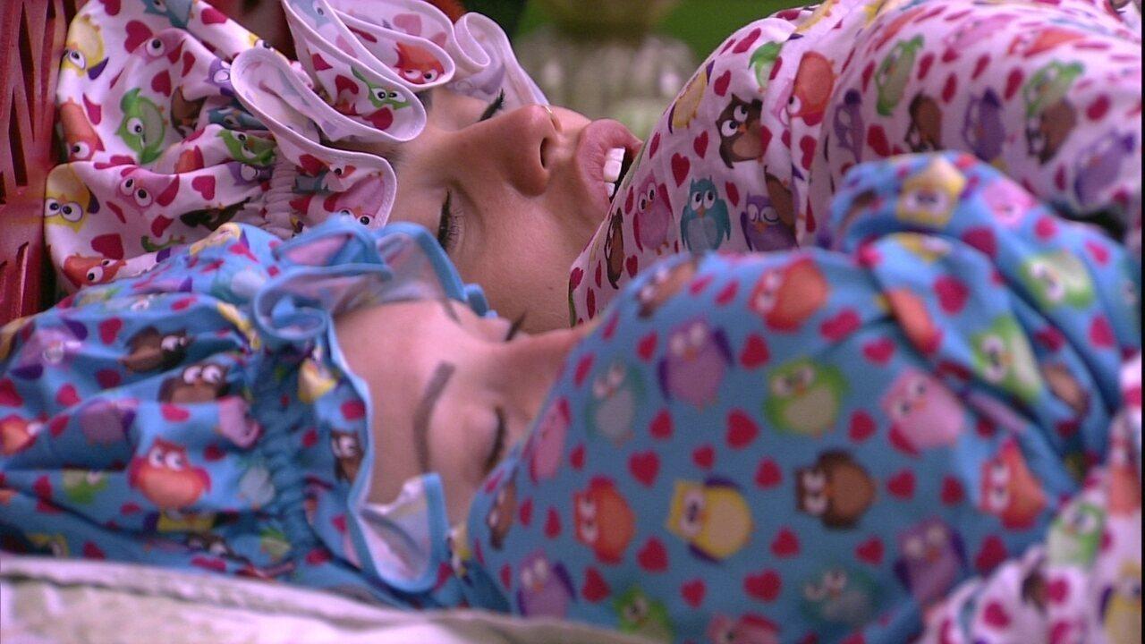 Paula dorme de boca aberta ao lado de Jéssica