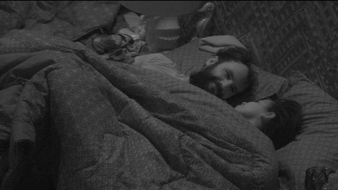 Wagner acorda, sorri e abraça Gleici