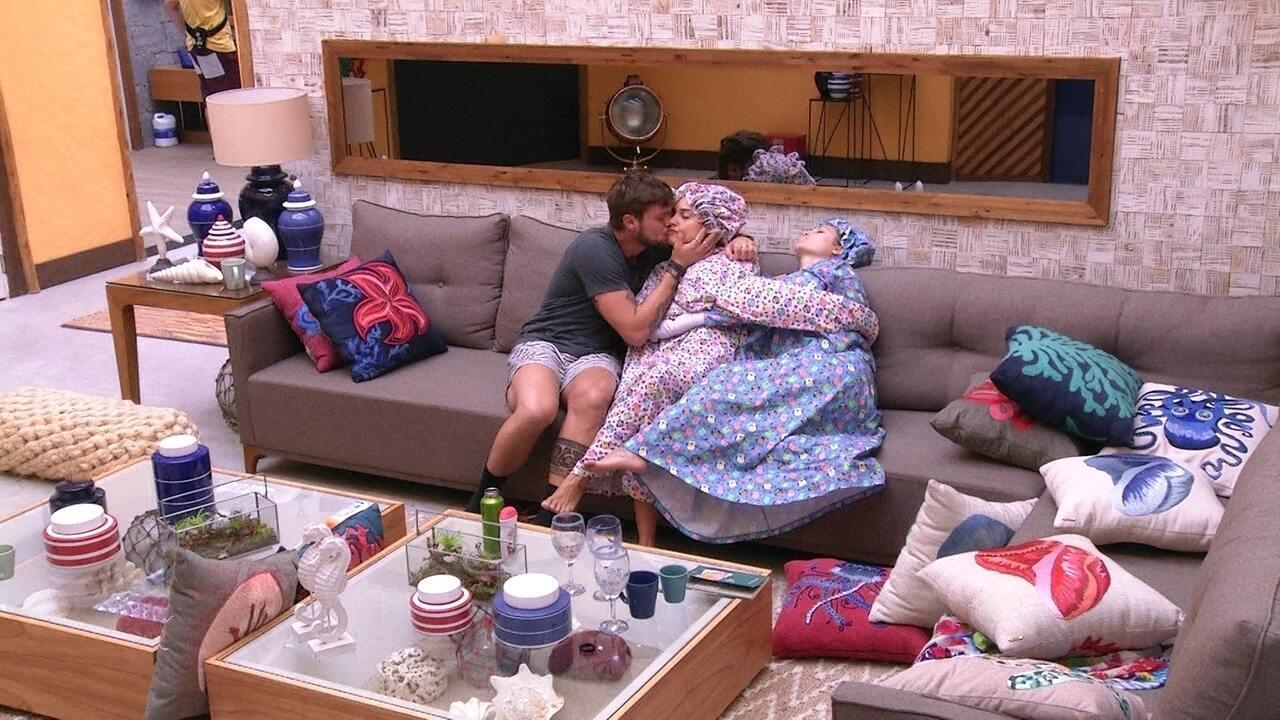 Breno troca beijos e carinhos com Paula na sala