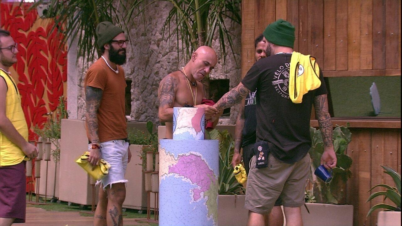 Ayrton analisa as tatuagens de Caruso