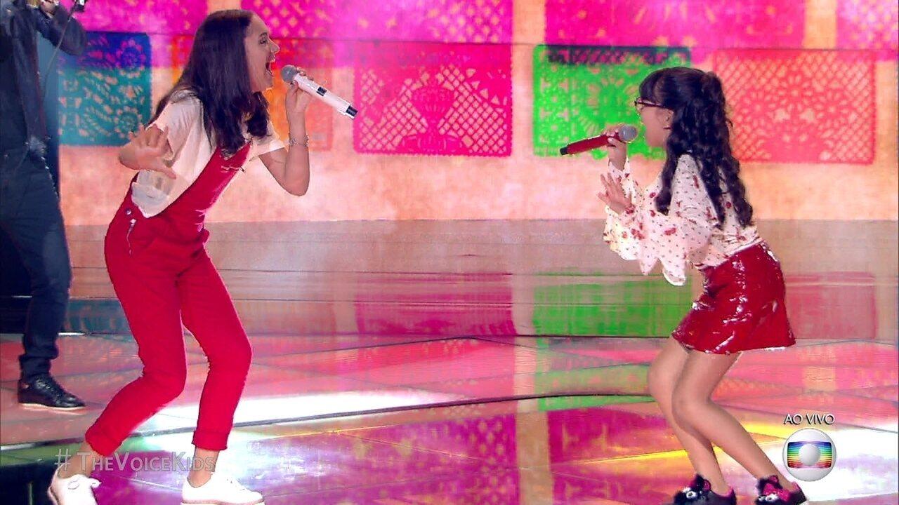 As irmãs Maria Clara e Mariana se apresentam cantando 'La Bamba'