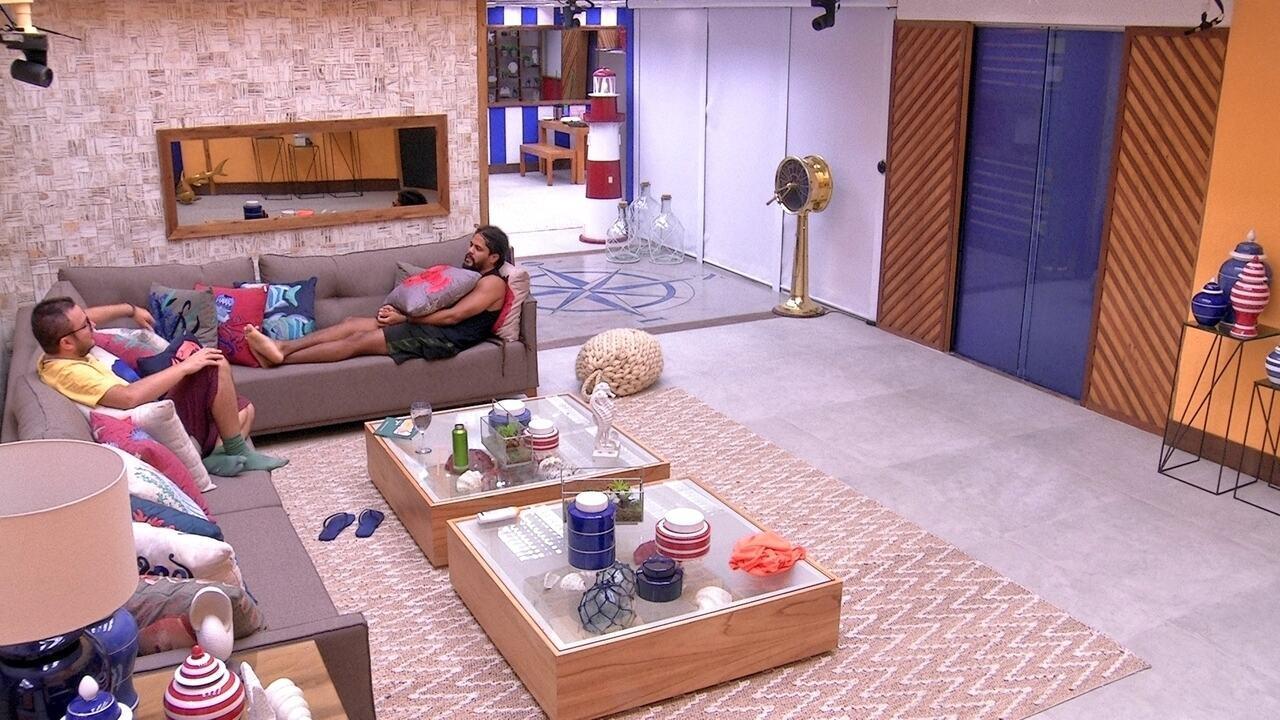 Viegas e Diego conversam na sala