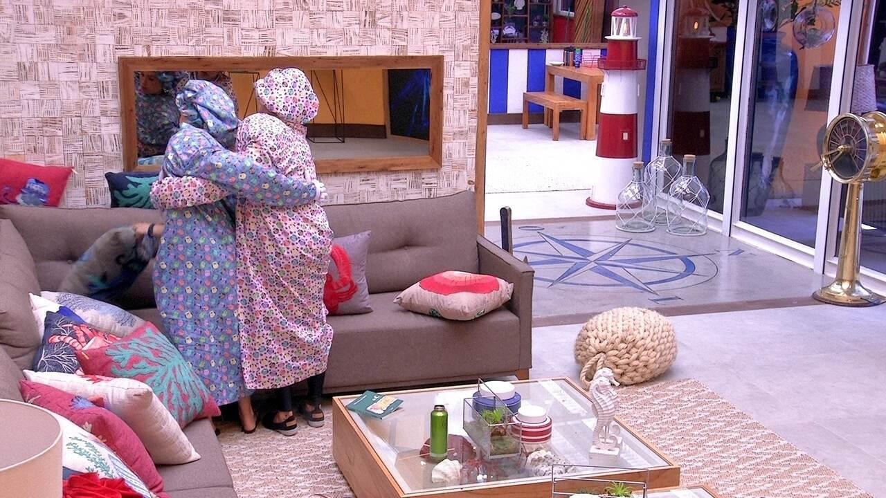 Paula e Jéssica procuram posição para sentar na sala