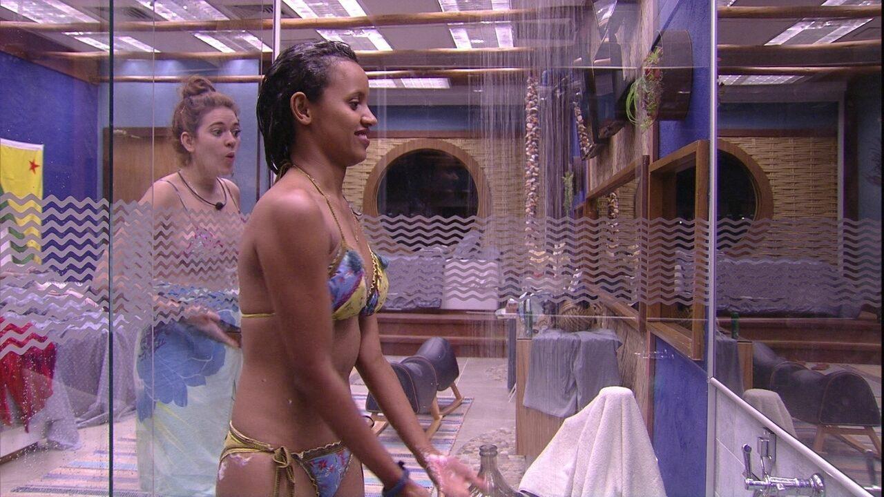 Ana Clara observa corpo de Gleici: 'Você tem entrada na barriga'