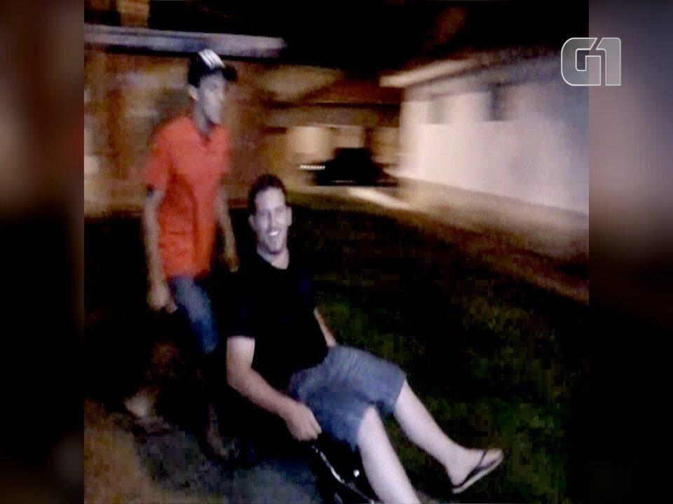 Resultado de imagem para vereador de Silveiras em carrinho de mão gera polêmica