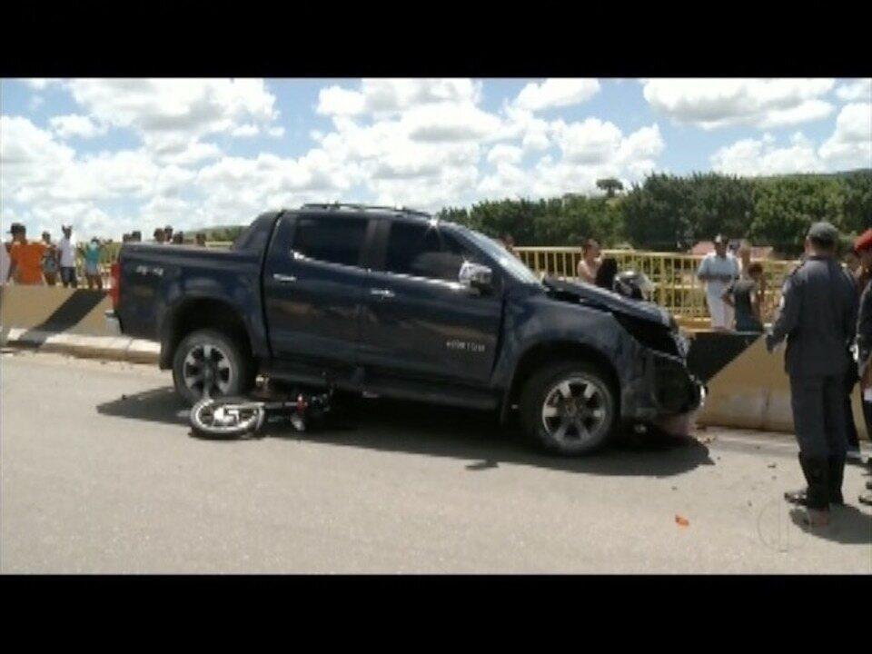 Motorista perde controle de caminhonete, bate em motos e duas mulheres morrem em GOV