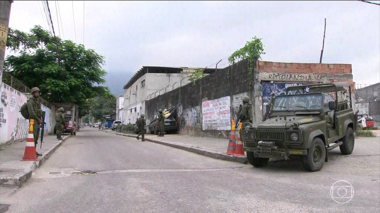 Após 25 dias de intervenção, Exército anuncia saída da Vila Kennedy, no Rio