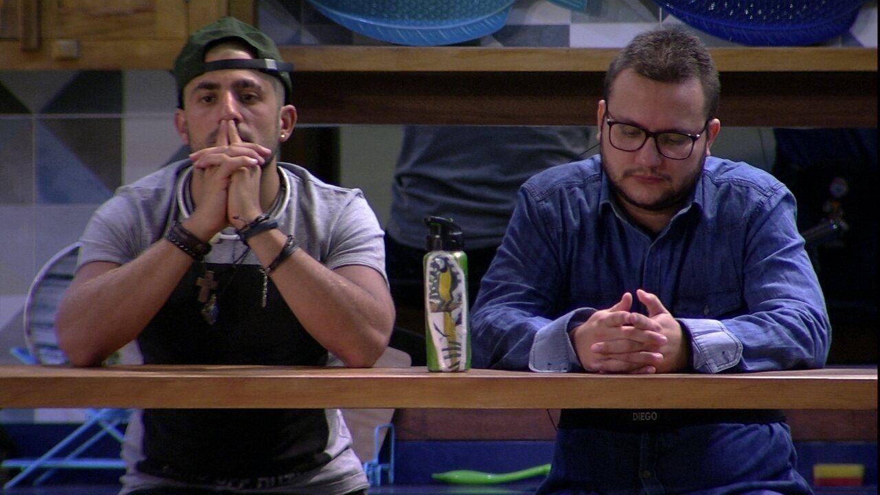 Diego fica em silêncio ao lado de Kaysar