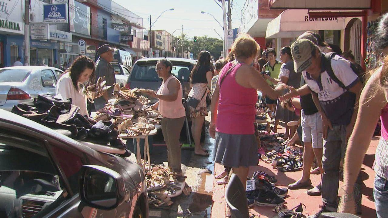 Comerciantes de São Carlos apostam em promoções para diminuir prejuízos com pela enchente