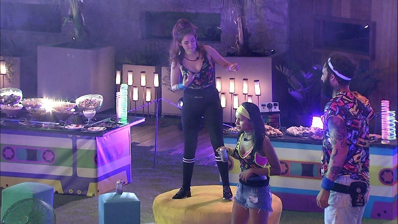 Ana Clara dança com guitarra imaginária na Festa Pop 80