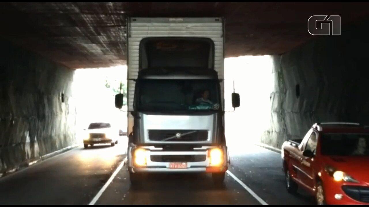 Caminhão fica entalado em viaduto na Rua Nicolau Maeder, em Curitiba