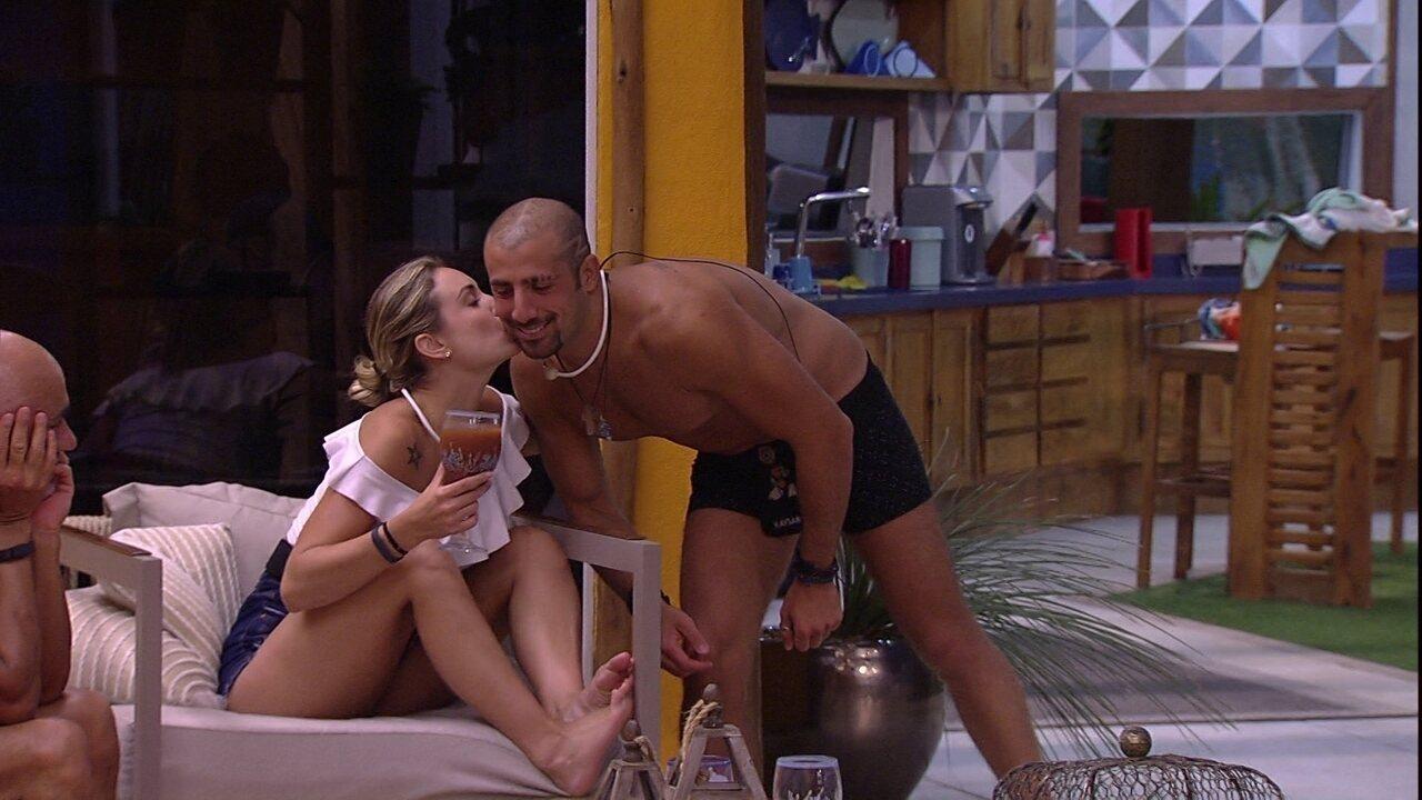 Kaysar entega suco para Jéssica e pede gorjeta: 'Pode ser um beijinho'
