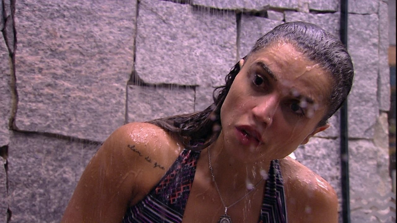 Após deixar a Prova do Anjo Cupido BBB, Paula toma banho