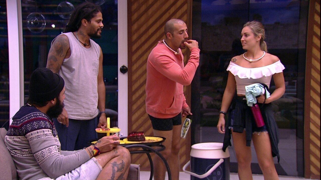 Kaysar brinca que está vendendo os doces da festa de Jéssica: 'Foi vovó que fez'