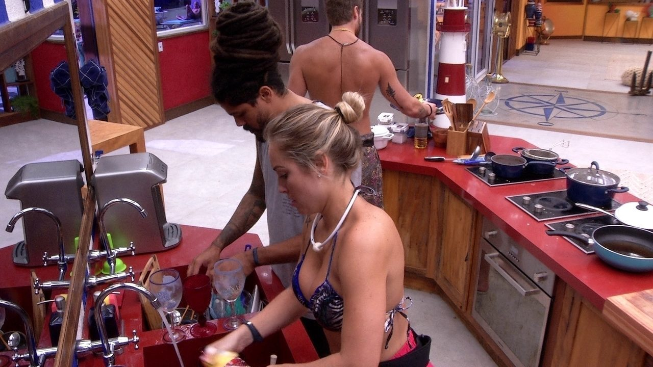 Breno, Jéssica e Viegas reclamam da sujeira da cozinha