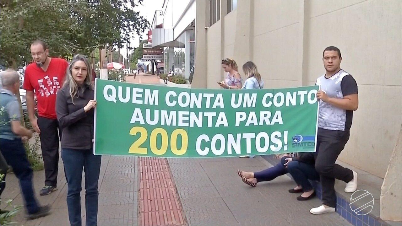 Profissionais da educação protestam contra PCCR na Câmara de Vereadores em Dourados