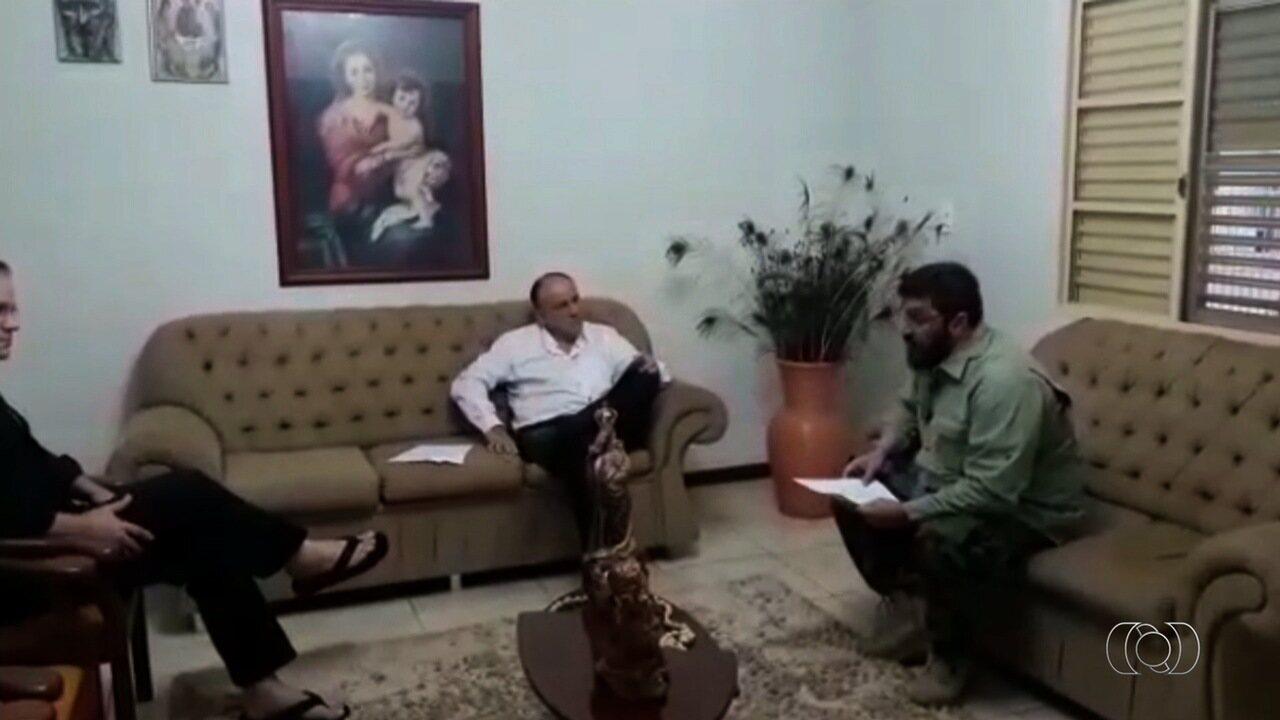 Vídeo mostra bispo e juiz eclesiástico de GO sendo avisados de prisão por desvios