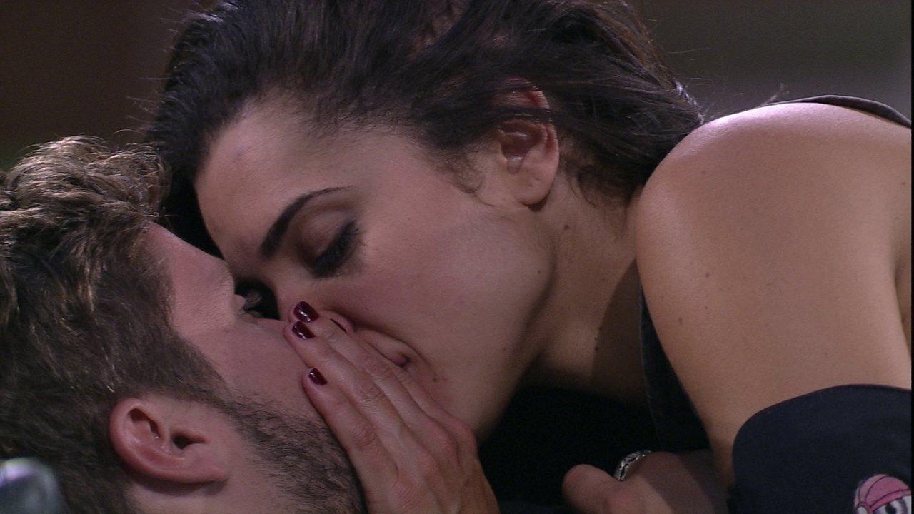 Breno e Paula se beijam na espreguiçadeora do jardim