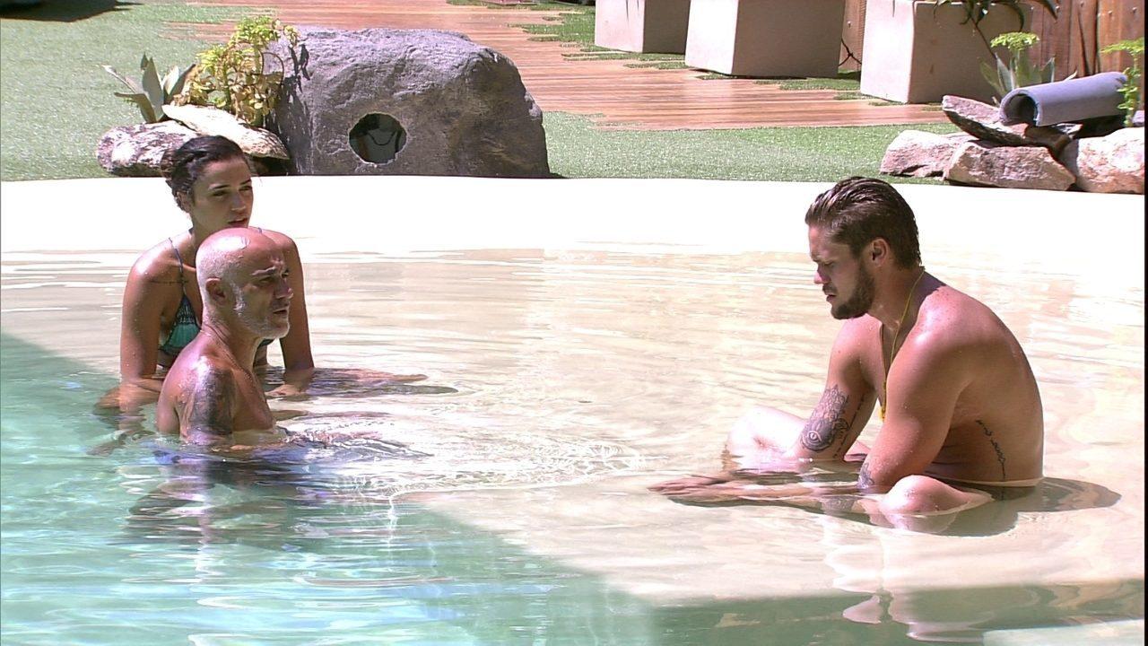 Ayrton, Breno e Paula curtem a piscina
