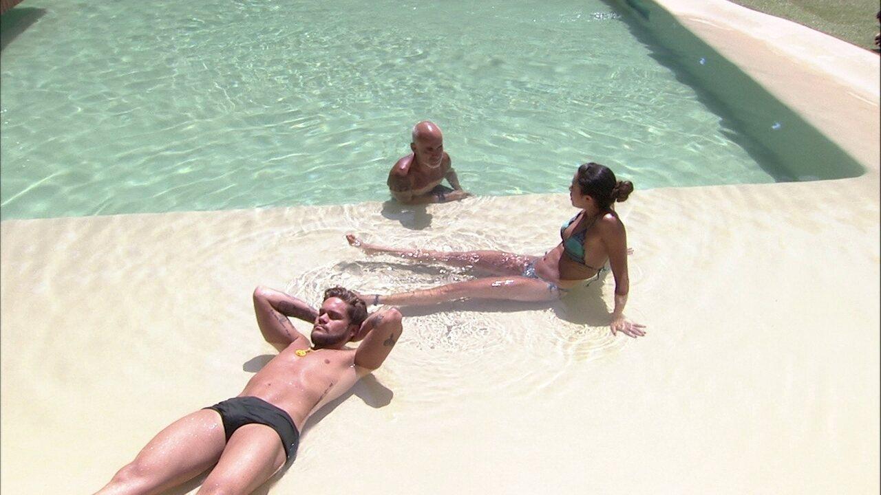Breno fica em silêncio enquanto Paula e Ayrton conversam na piscina