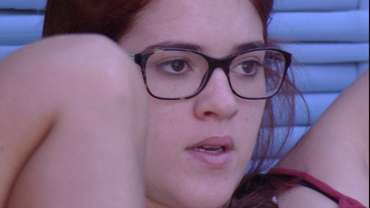 Ana Clara pede para Paula comemorar seu aniversário