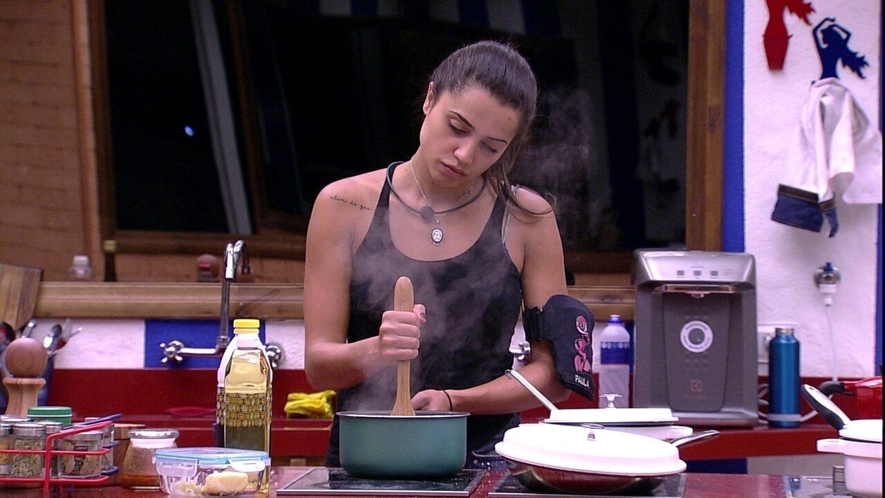 Paula prepara doce sozinha na cozinha