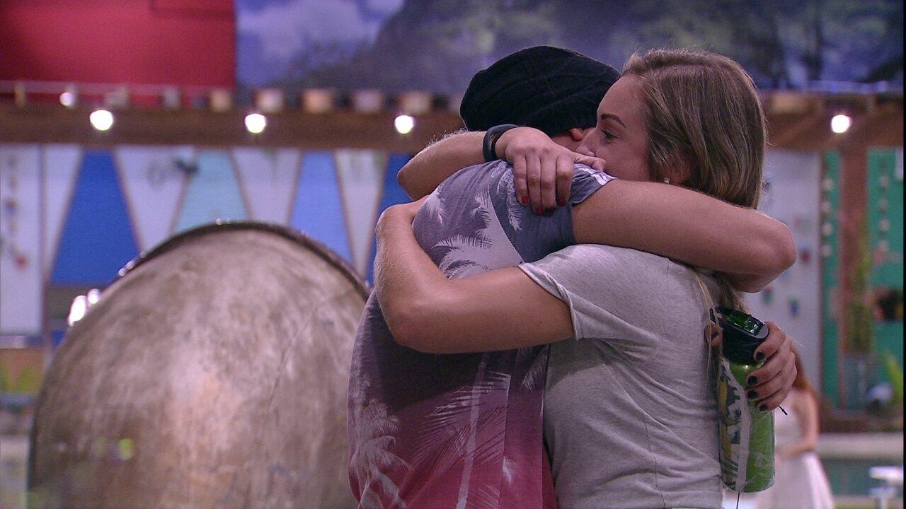 Jéssica e Kaysar se abraçam e sister faz revelação