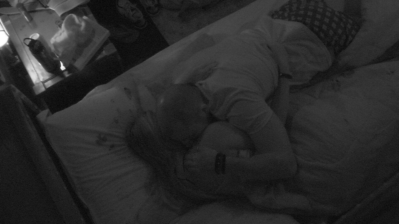 Kaysar dá boa noite para Jéssica com beijos no pescoço