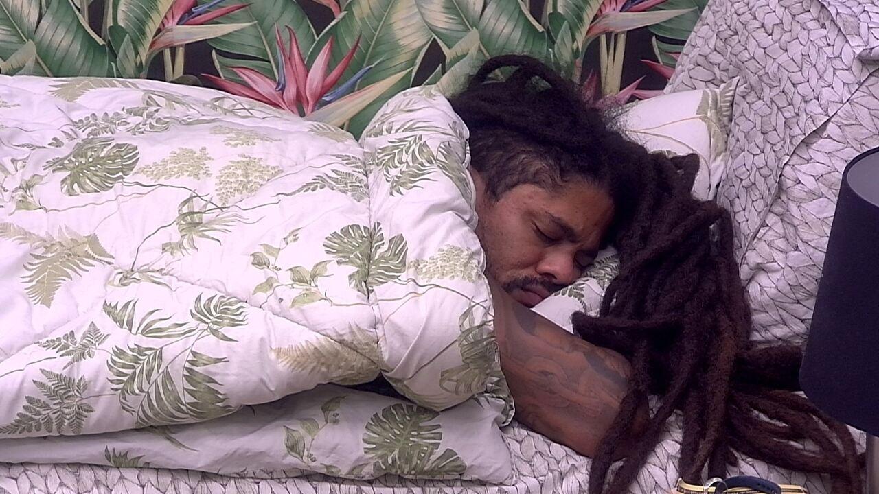 Viegas dorme no Quarto Tropical durante toque de despertar