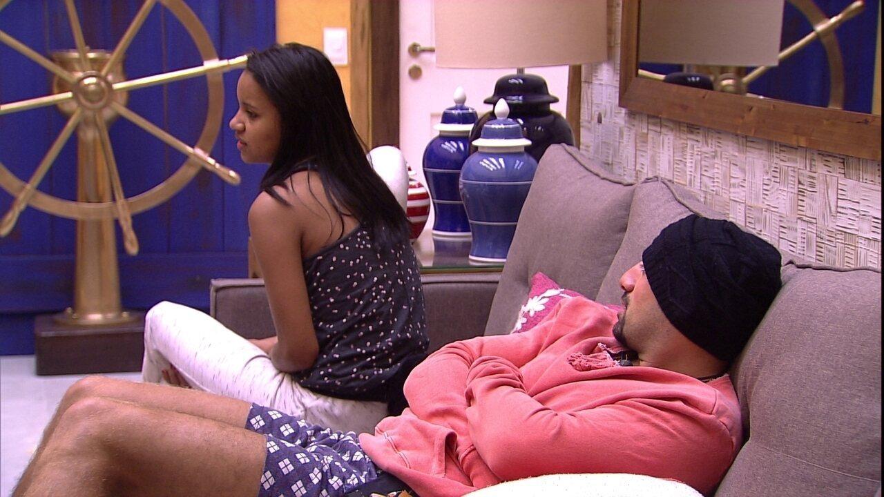 Gleici e Kaysar conversam na sala sobre noite anterior