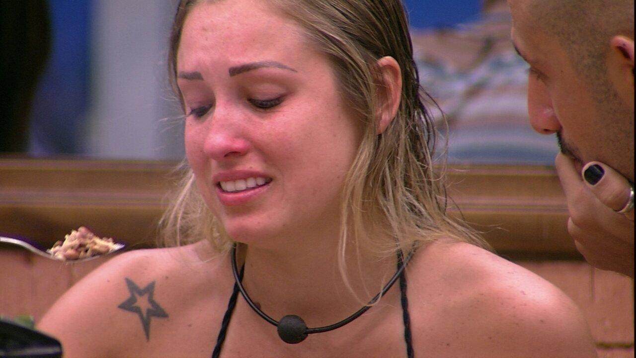 Jéssica chora ao cumprir promessa de comer rã