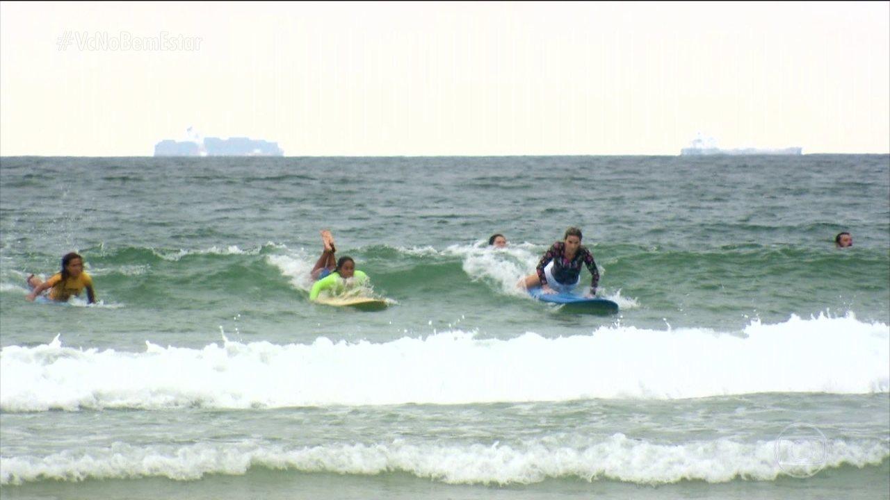 Mariana Ferrão surfa com grupo de mulheres e com bicampeã brasileira de surfe
