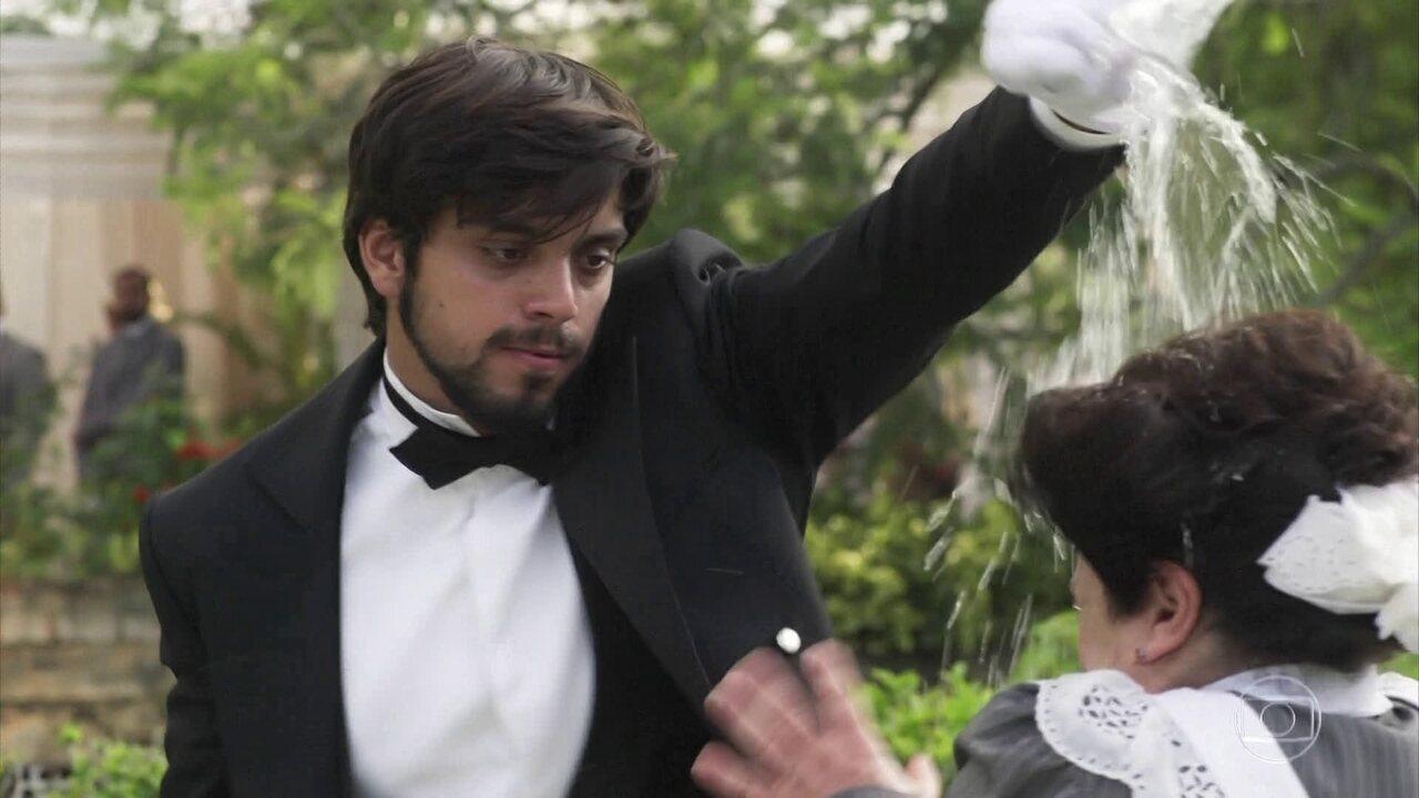 Ernesto pede demissão ao ser assediado por Petúlia e ainda joga água na cabeça da governanta. Que situação!