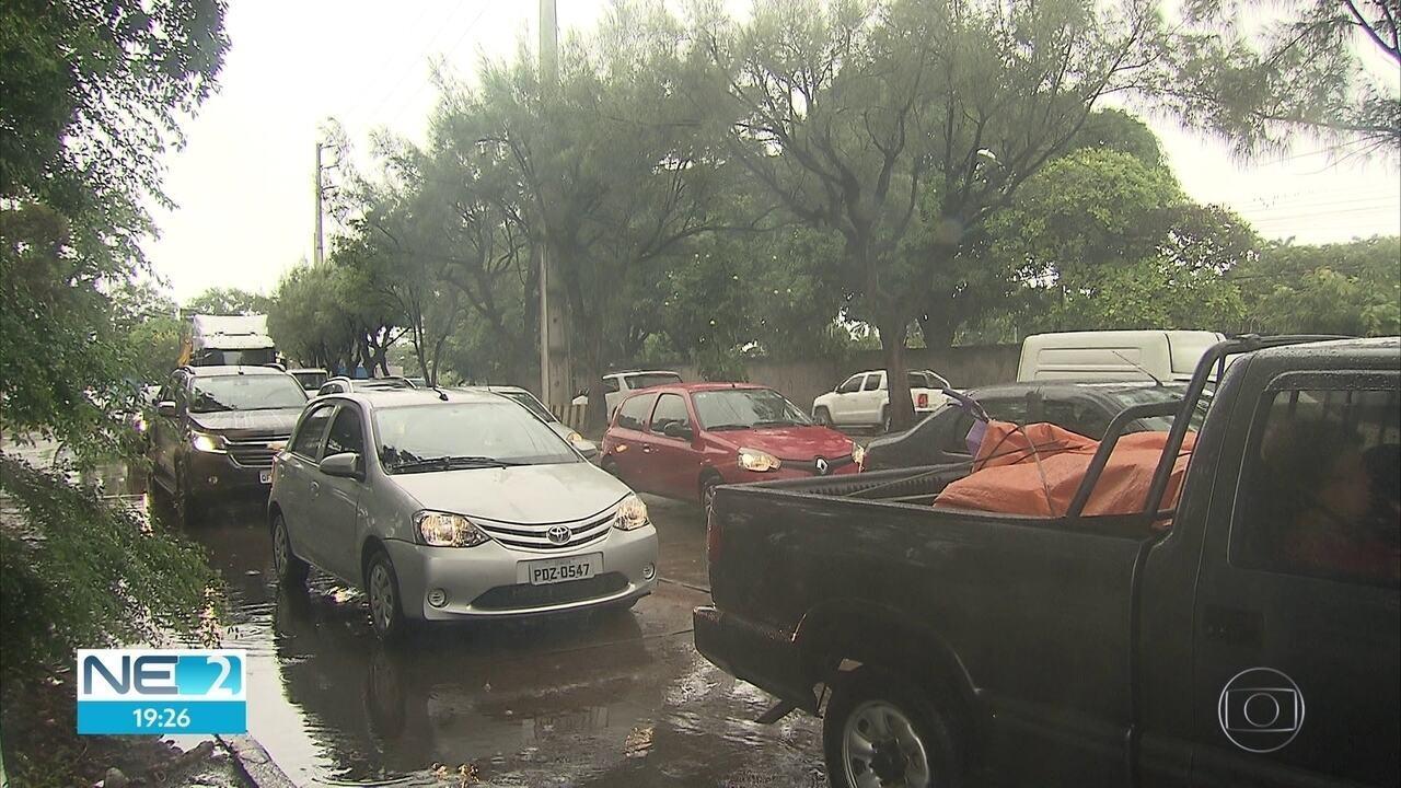 Motoristas enfrentam engarrafamento na BR-232 em direção ao interior de Pernambuco