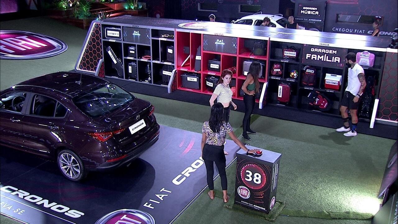 Ana Clara, Wagner, Gleici e Paula guardam objetos na Garagem Família