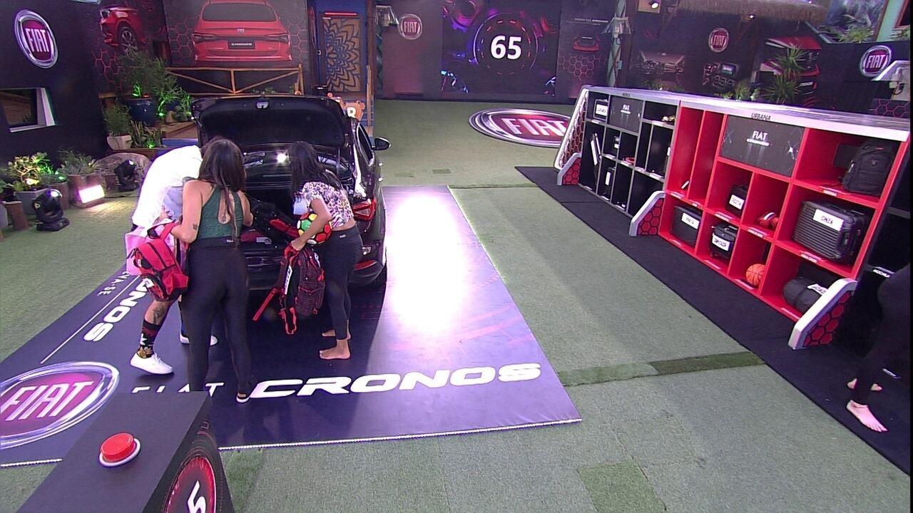 Confinados retiram objetos da mala do Fiat Cronos Vermelho Marsala