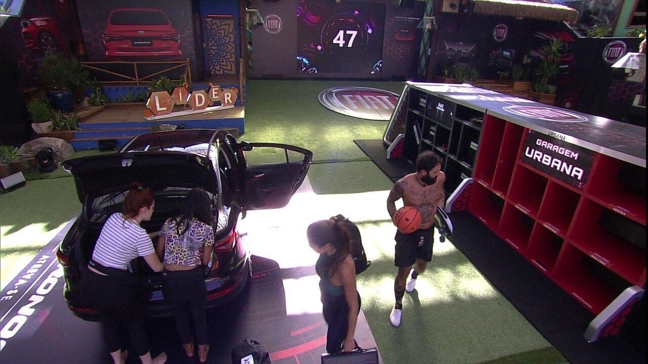Brothers colocam itens no porta-malas do Fiat Cronos Vermelho Marsala