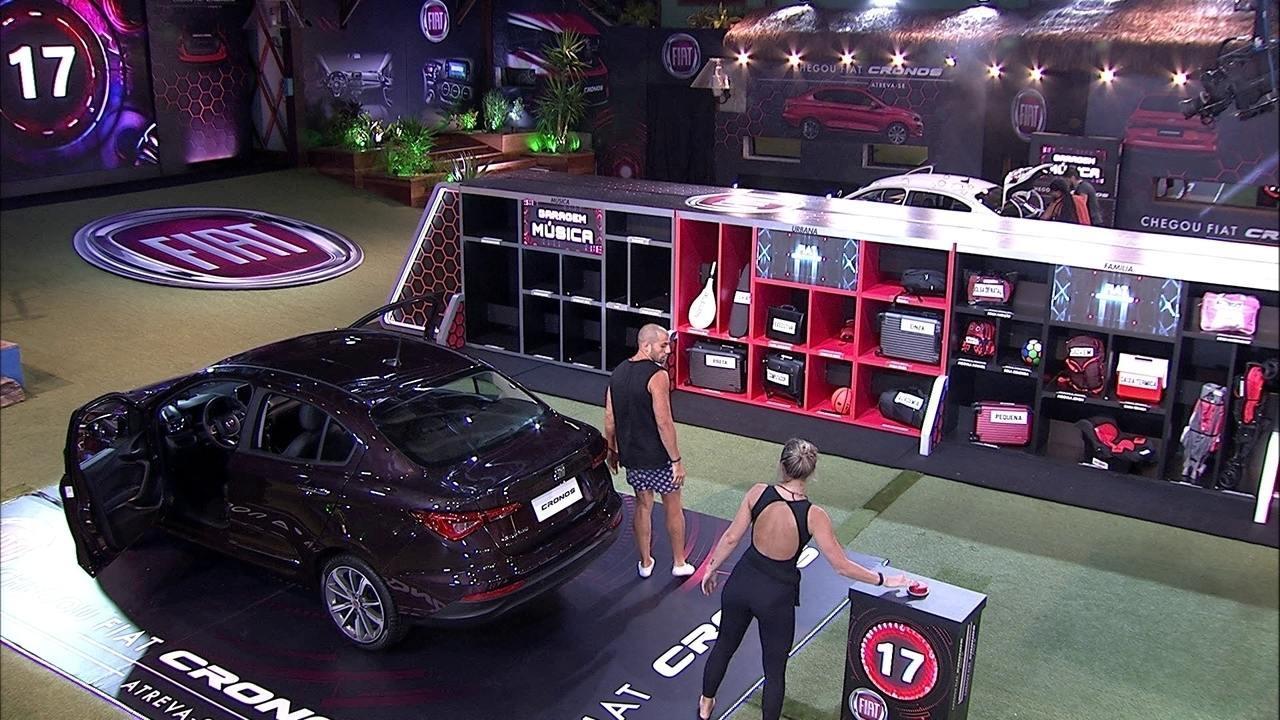 Kaysar passa objetos para Jéssica organizar no porta-malas do Fiat Cronos Vermelho Marsala