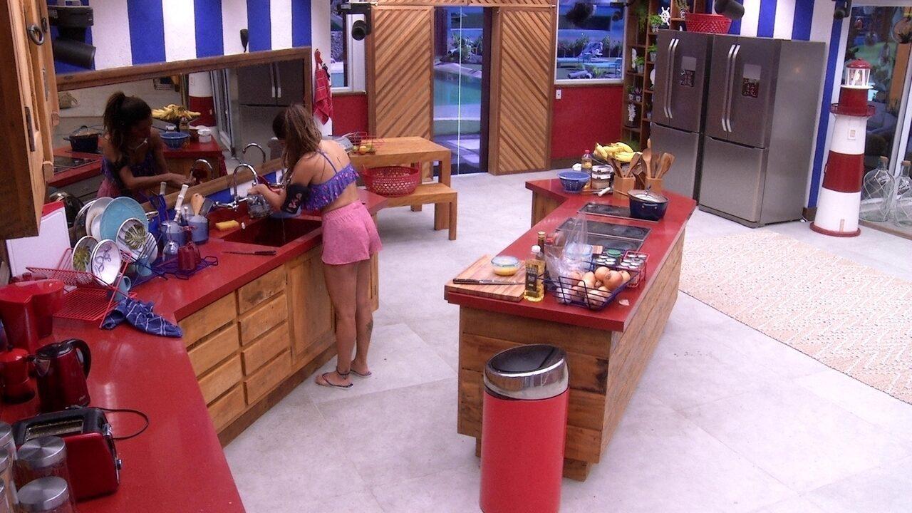 Paula limpa cafeteria na cozinha
