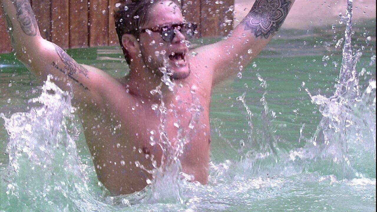 Breno salta na piscina cantando 'Camarote'