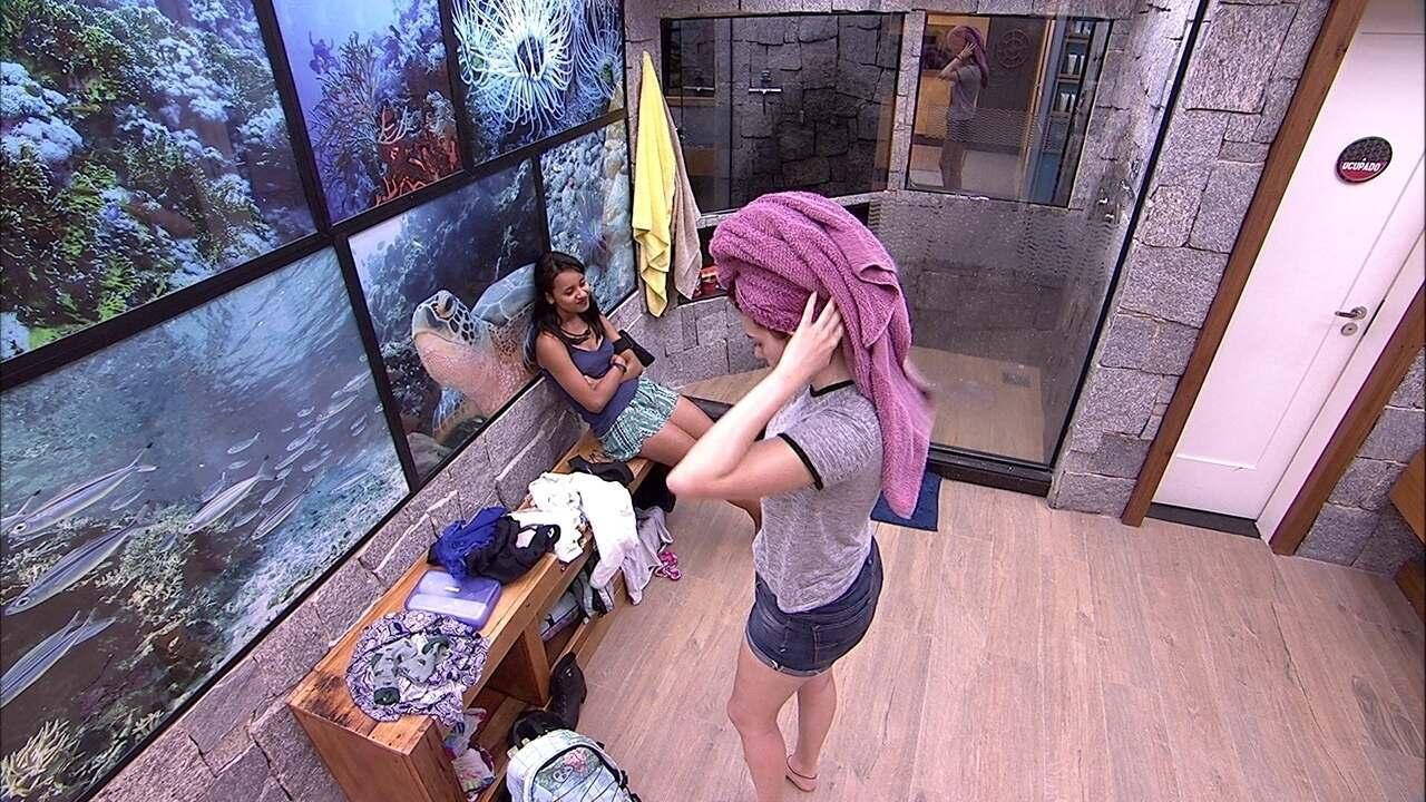 Ana Clara troca de roupa após tomar banho